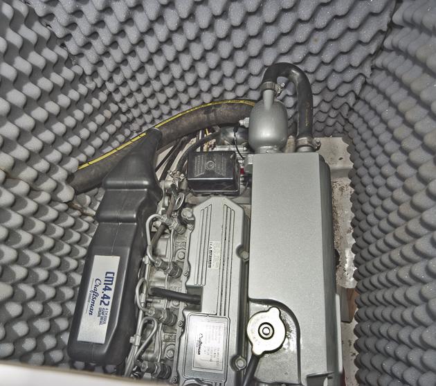 Der Mitsubishi-Diesel im schallisolierten Motorraum. Foto: Dieter Wanke