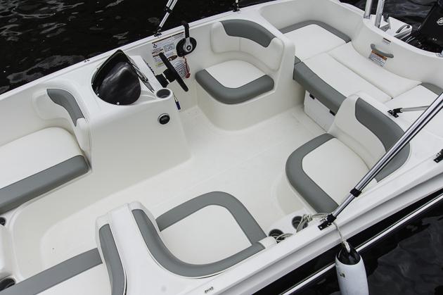 Party im Cockpit: Die fix installierten Sitze achtern können zur Liegefläche ausgebaut werden, die Kühlbox passt darunter. Foto: Dieter Wanke
