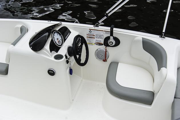 Sparlösung: Der Fahrersitz ist nicht verstellbar und deshalb für groß- oder kleingewachsene Skipper ein Komfortminus. Foto: Dieter Wanke