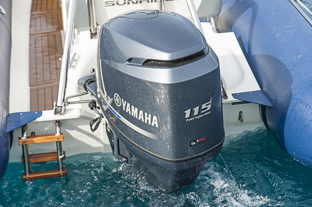Maximamotorisierung: Das Testboot war mit einem 115-PS-Yamaha bestückt. Die Badeleiter ist petite, aber vorhanden. Foto: Dieter Wanke