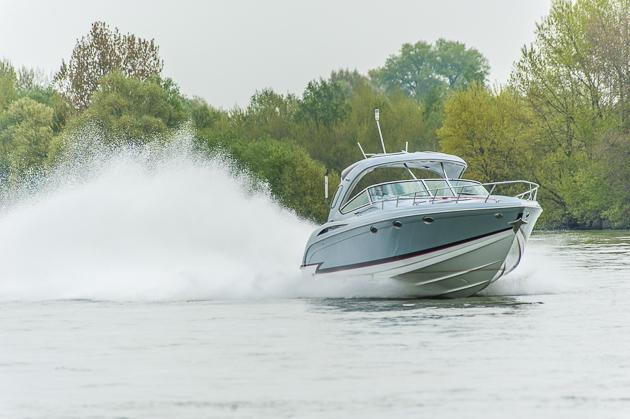 Bis zu 55 Knoten erreicht die Formula 420 FX mit der Topmotorisierung. Foto: Dieter Wanke
