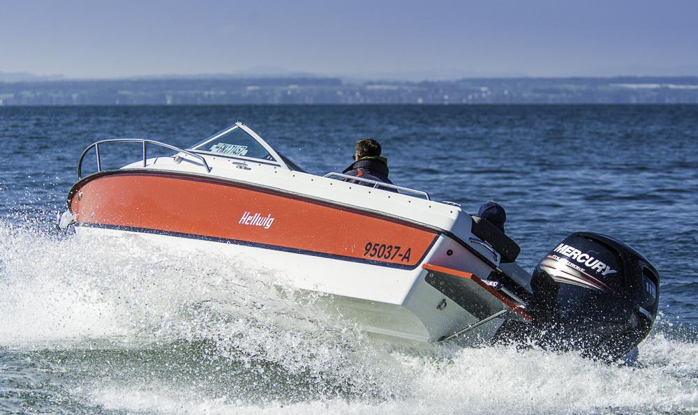 Gut geneigt: Der schmale Rumpf sorgt für Kurvenlage, doch das Boot lag  dennoch sicher am Wasser.  Foto: Dieter Wanke