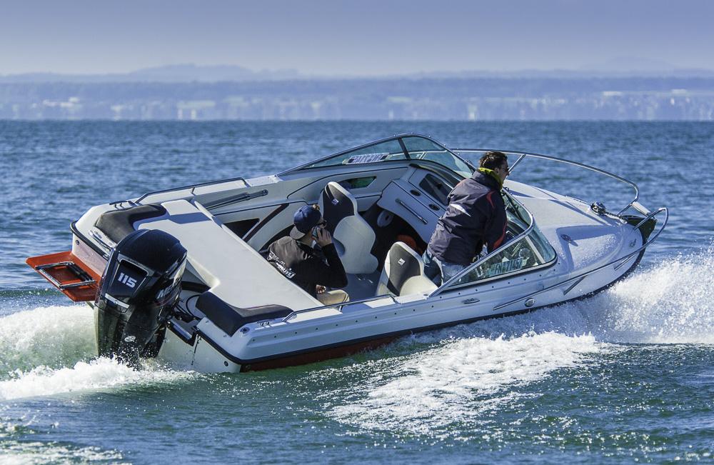 Kurvensicher: Das Boot beweist seine sportlichen Wurzeln, die auf  den  Rennfahrer und Firmengründer Dieter Hellwig zurückgeht. Foto: Dieter Wanke