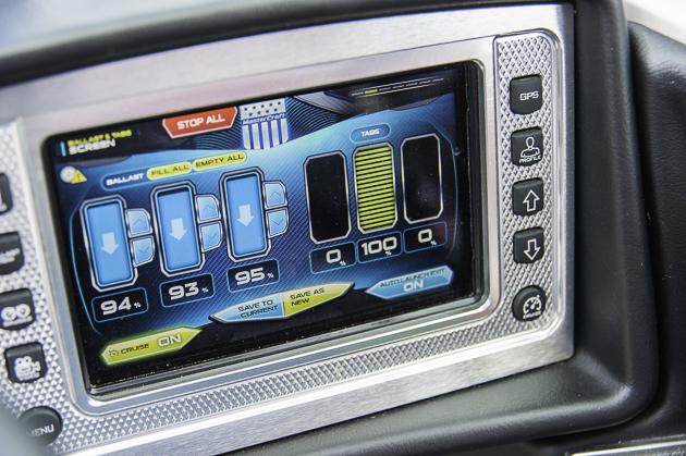 Dirigentenpult: Auf dem Touchscreen lassen sich verschiedenste Fahrfunktionen und Wellenfeatures abrufen bzw. programmieren. Foto: Dieter Wanke