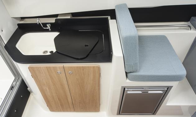 Küche & Keller: Pantry hinter und (optionaler) Kühlschrank unter dem Beifahrersitz. Foto: Dieter Wanke