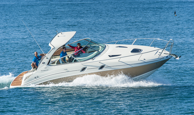 Spurtreu udnunaufgeregt: Die Sea Ray 305 Sundancer beim Test am Mittelmeer. Foto: Dieter Wanke