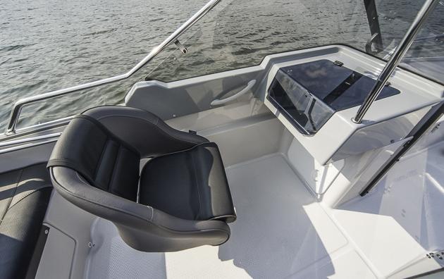 Platz für den Sozius: Beifahrersitz hinter der backbordseitigen Windschutzscheibe.