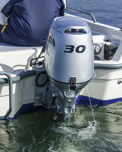 Maximal motorisiert. 30m Ps ist nicht viel, reicht aber für das 280 kg leichte boot. Die mechanische Lenkung erfordert Kraft. Foto: Dieter Wanke