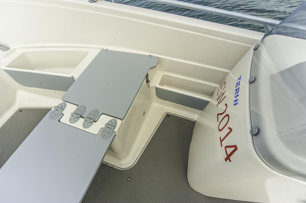 Bei aller Einfachheit ist der ABS-Rumpf sauber verarbeitet. Hier der ausklappbare Sitzvor dem Steuerstand. Foto: Dieter Wanke