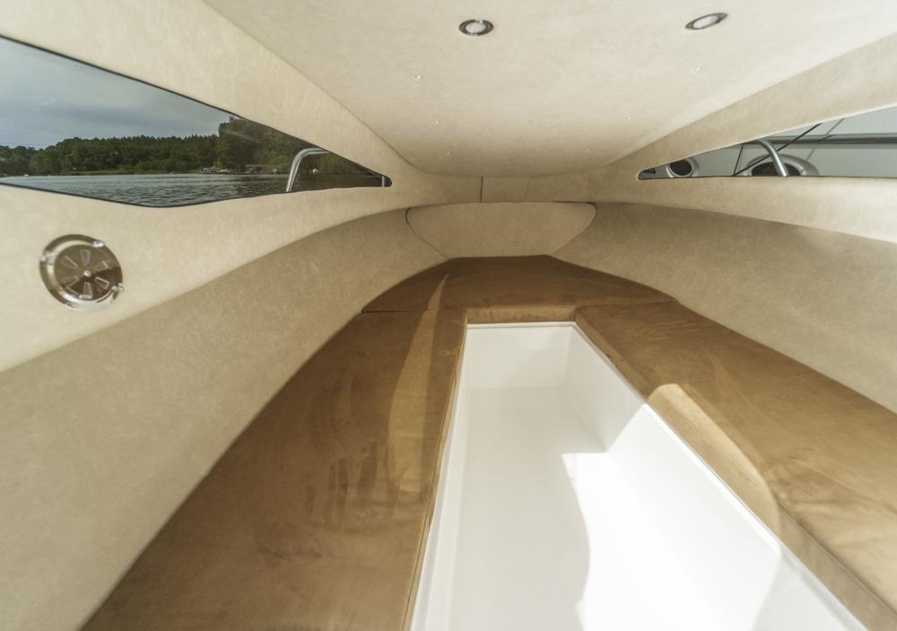 Wohnlich: Trotz kompakter Abmessungen bietet die Aqua Royal 550 cruiser unter Deck Platz für eine Doppelkoje, die sich aus den Sitzgelegenheiten bauen lässt. Foto: Dieter Wanke