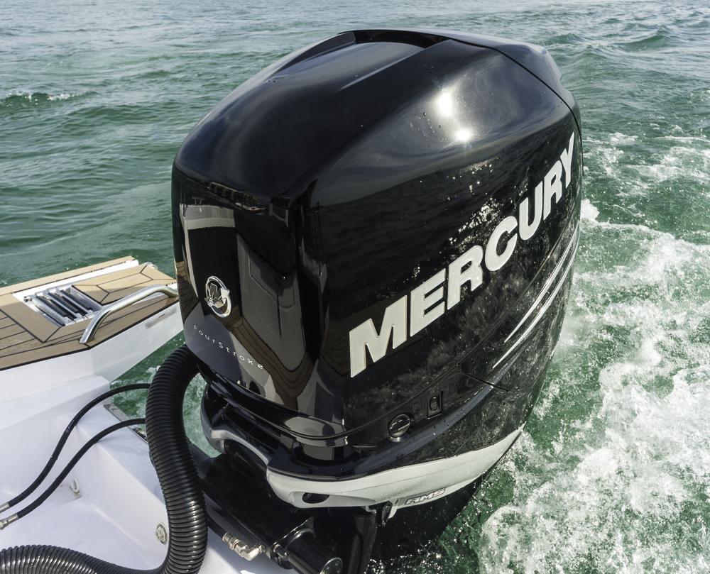 Stark aber nicht Top: Der Mercury 300 sorgte am Testboot für gute Fahrleistungen, doch ab 2016 geht's mit dem Verado 350 wohl noch einen Tick schneller. Foto: Dieter Wanke