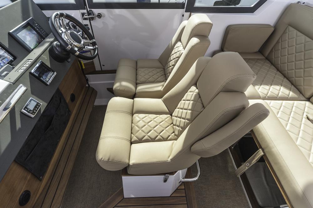 Sitz- und Liegeplatz: Die dreh- und klappbaren Vordersitze  können Teil einer Sitzgruppe sein, oder auch in eine Doppelkoje verwandelt werden. Foto: Dieter Wanke