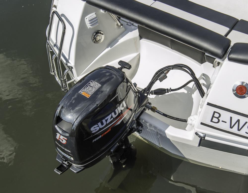Leicht, kompakt und führerscheinfrei: Der 15-PS Suzuki Außenborder. Foto: Dieter Wanke