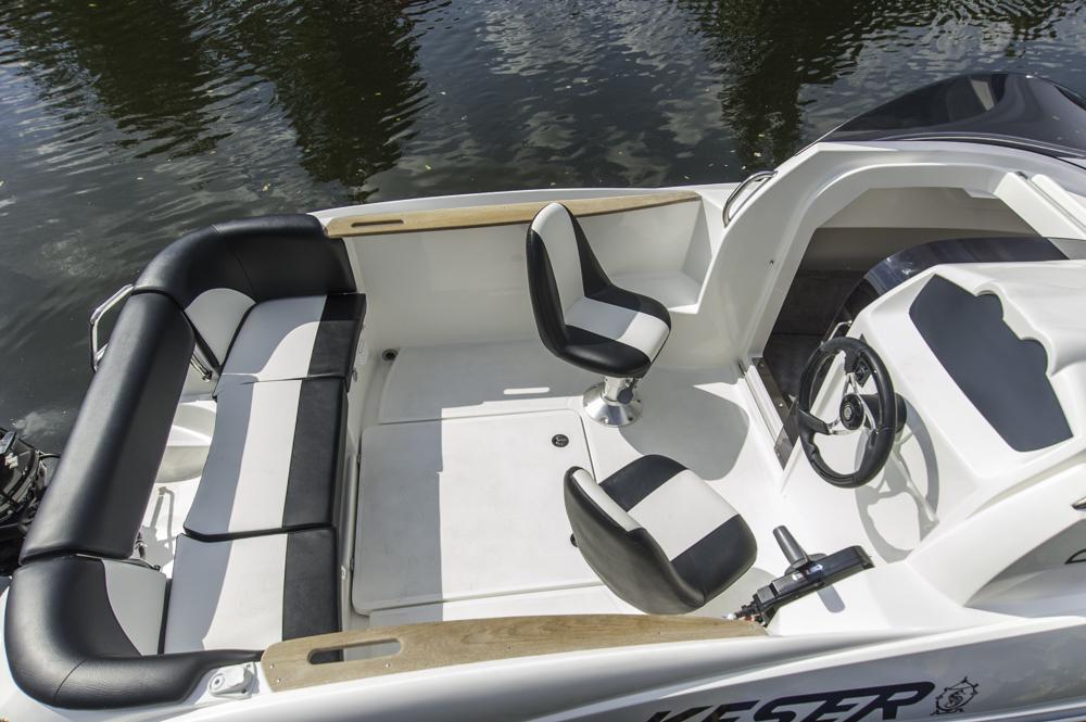 Platz für 5: Das Cockpit mit Drehsesseln vorn und Sitzbank achtern. Ein Tisch wäre sinnvoll, ist aber aufpreispflichtig.  Foto: Dieter Wanke