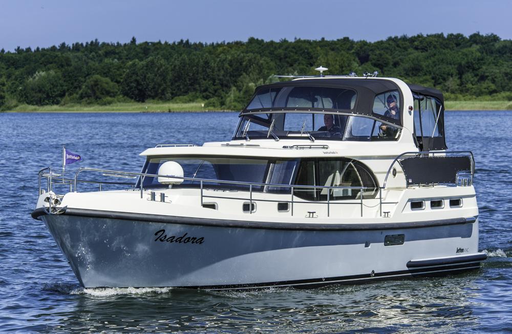 Schippern am Fluss: Wer eine Motoryacht, wie diese Jetten 41 AC chartert, darf auch ohne Schein fahren, trotzdem der Motor stärker ist als 15 PS. Foto: boats.com/Dieter Wanke