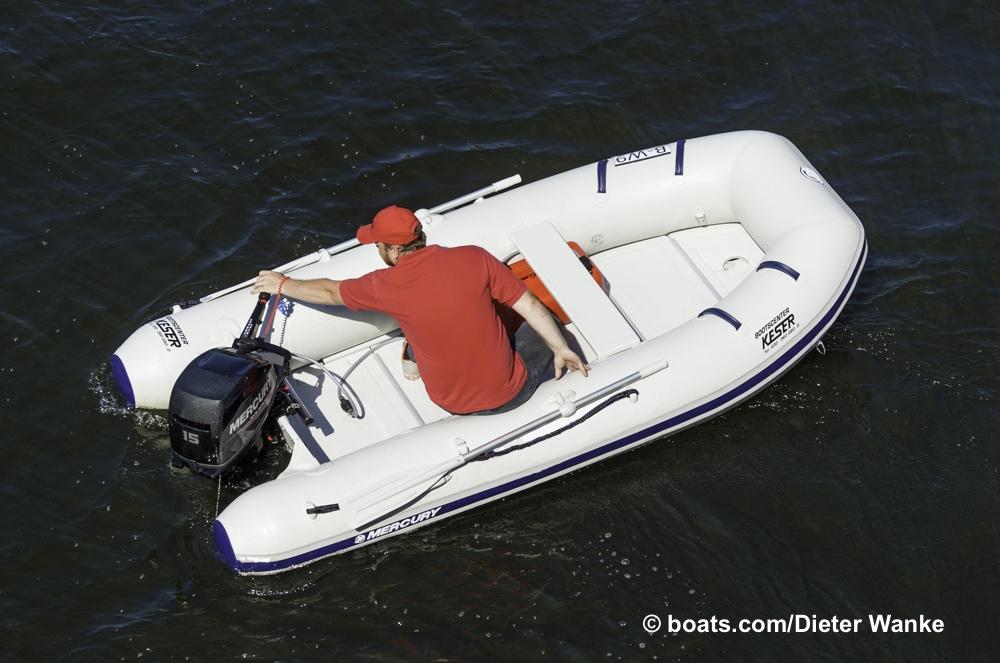 Auch für hart Steuerbord muss der Fahrer nicht  den Platz wechseln. Kompakte Boote haben eben auch viele Vorteile. Foto: Dieter Wanke