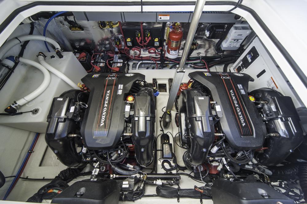Alles am Platz: Maschinenraum des Testbootes, das mit zwei Volvo Penta V8-300 ausgestattet war. Foto: Dieter Wanke