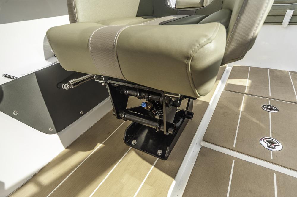 Alles für den Rücken: Fahrer und Beifahrer haben's auch bei holprigem Wasser  bequem auf den speziell gedämpften Sitzen. Foto: Dieter Wanke