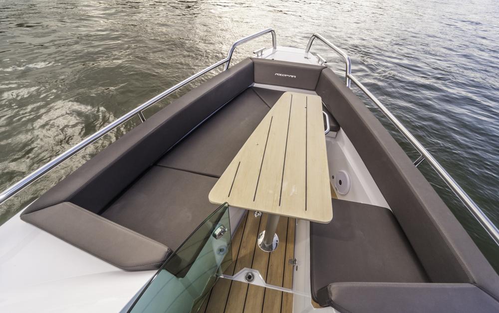 Zum Sitzen und Klönen:  Vorschiff mit  Tisch und Sitzecke. Foto: boats.com/Dieter Wanke