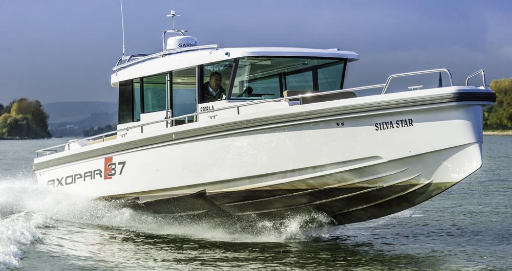 Artentypisch: Die große Axopar 37AC tut es den kleineren Modellen nach und glänzt mit Speed und Rauwassereigenschaften. Foto: Dieter Wanke