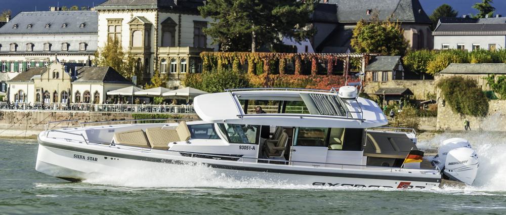 Deckshaus: Die getestete Yacht mit dem großen Deckshaus eignet sich für Allwetterbetrieb. Handläufe am Dach gibt's jedoch nur in Verbindung mit dem Instrumententräger. Foto: boats.com/Wanke