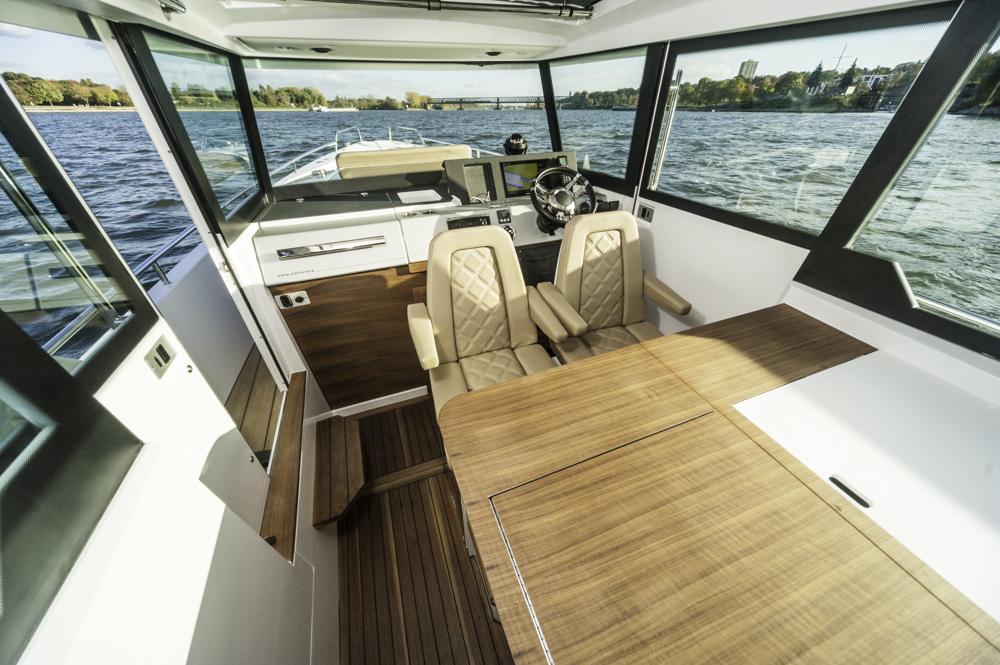 Groß geraten: Deckshaus mit Esstisch, drehbaren Vordersitzen und ergonomisch einwandfreiem Steuerstand.Foto: boats.com/Wanke