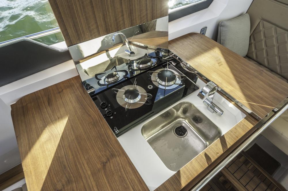 Wandelbar:Eine Kitchenette, die sich im Tisch verbirgt. Foto: boats.com/Wanke