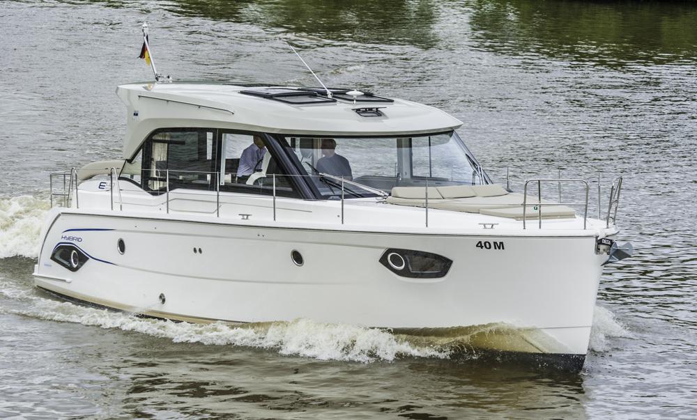 Neues Boot, neuer Markt: Die allererste Bavaria E40 Sedan Hybrid beim Test am Main. Foto: Dieter Wanke