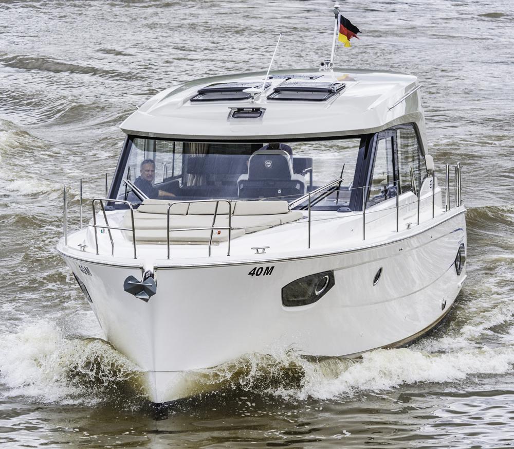 Pioniertat: Bavarias Ausflug in die Verdrängerwelt beginnt mit der E40 Sedan, der schon bald eine Version mit Flybridge folgen soll. Foto: Dieter Wanke