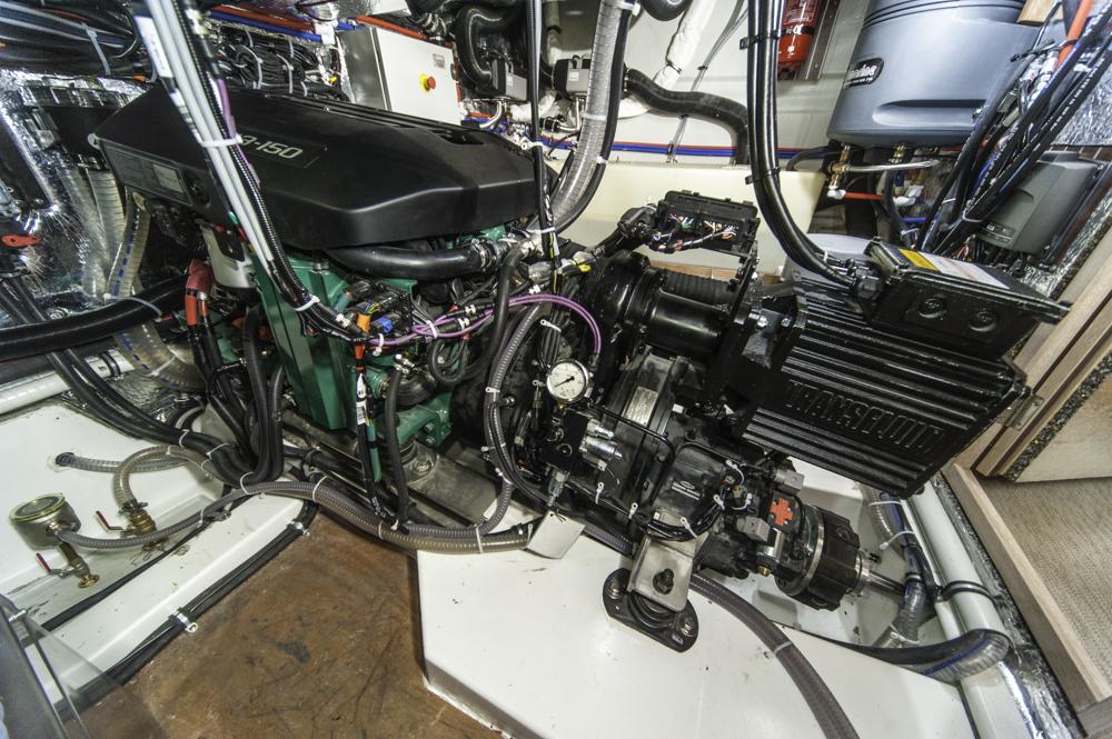 Diesolektrisch: Der Volvo Penta D3 Dieselmotor (l.) wird von einem Stromer ergänzt, der vom Fahrer bei Bedarf ein- und ausgekuppelt wird. Foto: Dieter Wanke