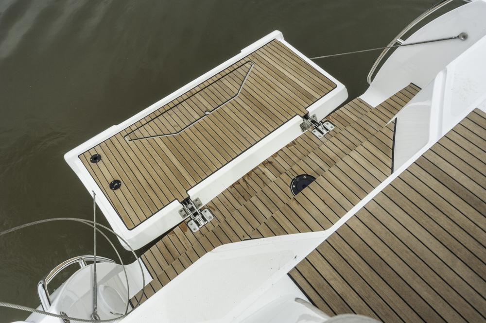 Vom Segeln abgeguckt: Die klappbare Badeplattform am Heck, die vom Cockpit aus über Stufen erreichbar ist. Foto: Dieter Wanke