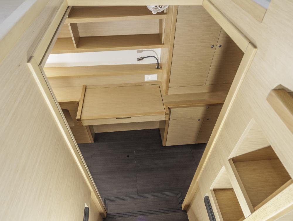 Produktiv: WEr an Bord arbeiten muss oder möchte, findet in der Mastersuite des Dreikabinen-Layouts einen Schreibtisch vor. Foto: boats.com/Wanke