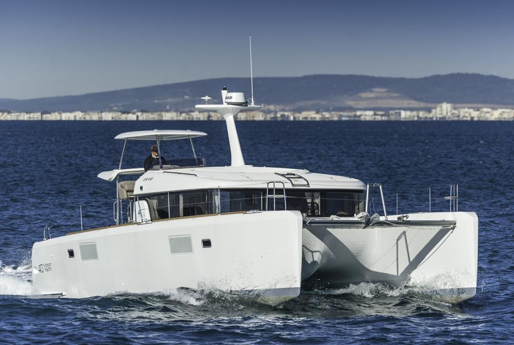 Instrumententräger statt Segelrigg: Die Lagoon 40 MY ist der mastlose Zwilling des Lagonn 39 Segelkats. Foto: boats.com/ Wanke
