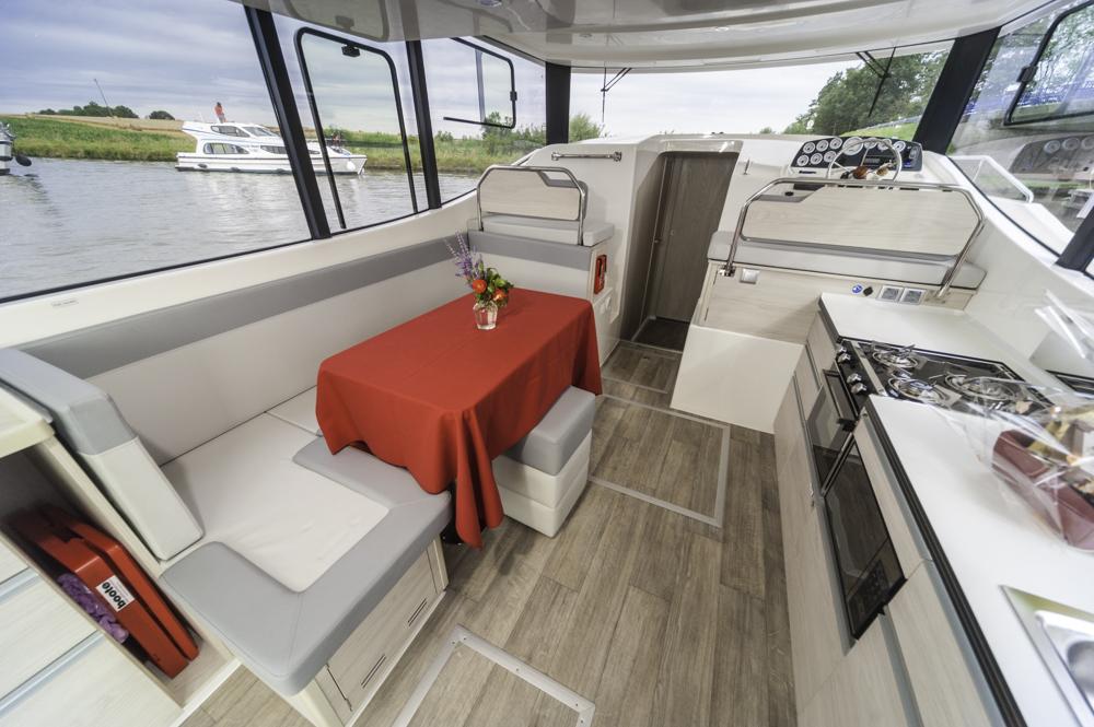Alles drin, alles dran: Deckshaus der LeBoat Horizon 1150 mit Pantry, Esstisch und Steuerstand. Foto: boats.com/Wanke