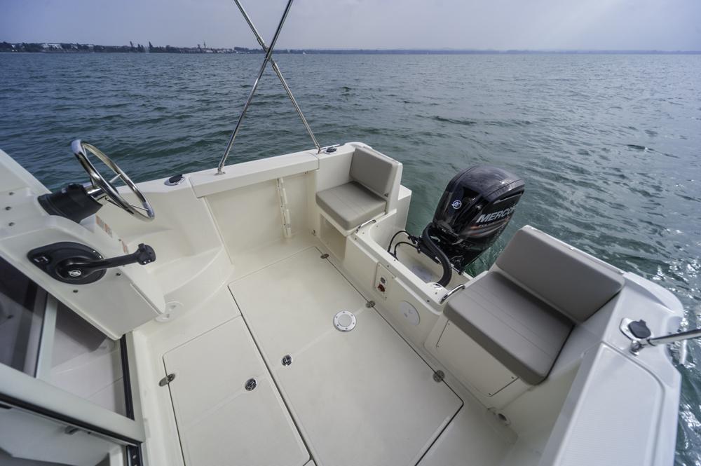 Das Cockpit bietet viel Platz für ein Boot dieser Größe
