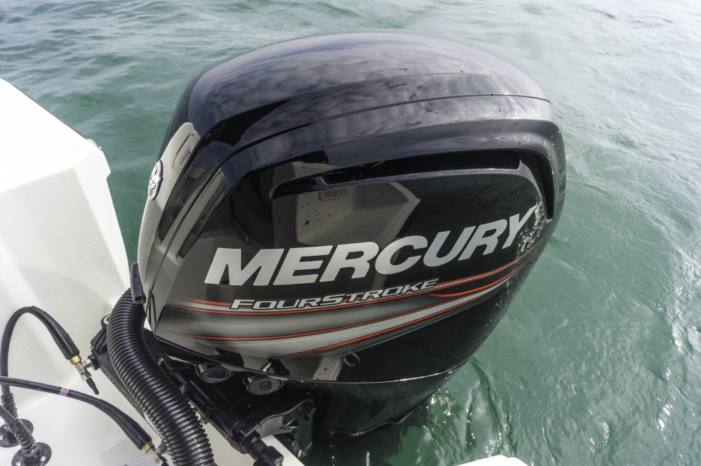 Vernünftig die Motorisierung mit dem 100 PS Mercury, doch die Reichweite ist durch geringe Tankkapazität beschränkt. Foto: boats.com/ Wanke