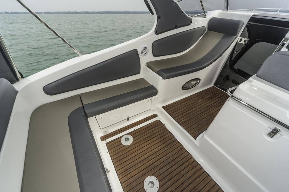 Sitzecke achtern und Sonnenliege an Backbord. Foto: boats.com/Wanke
