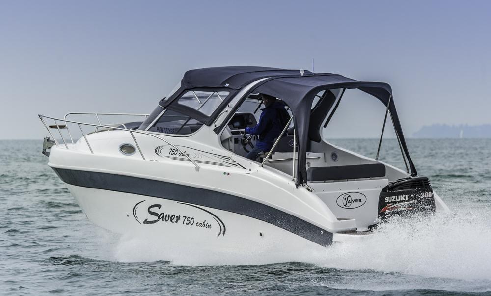 Fast allwettertauglich wird die Saver 750 Cabin mit dem Cockpitverdeck. Foto: boats.com/Wanke