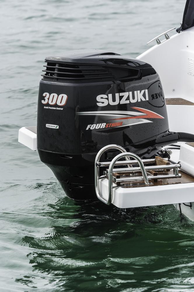 Einzelkämpfer: Der Suzuki 300-PS-Außenborder ist zwar nicht die zugelassene Maximalmotorisierung für die Saver 750 Cabin, erbrachte aber beim Test gute Fahrleistungen. Foto: boats.com/Wanke