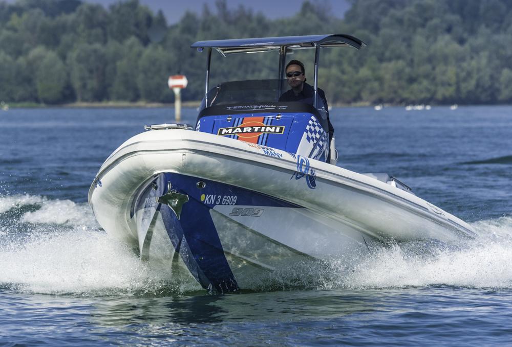 Tiefer V-Rumpf mit Stufen: Die Technohull SV 909 ist für raueres Wasser konzipiert als es der flaue Bodensee beim Test zu bieten hatte. Foto: boats.com/Wanke