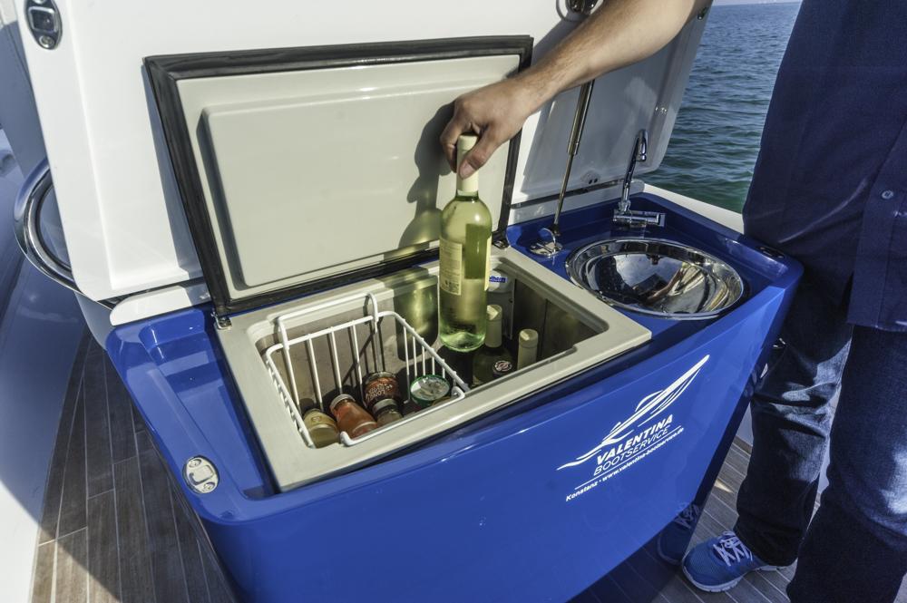Prost & Mahlzeit: Die praktische Wetbar hinter den Fahrersitzen hält Erfrischungen bereit. Foto: boats.com/Wanke
