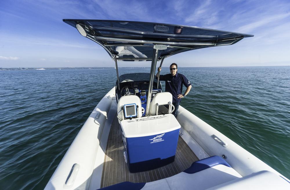 Vorbildlicher Arbeitsplatz an de rMittelkonsole und Sonnenschutz durch T-Top.Foto: boats.com/Wanke