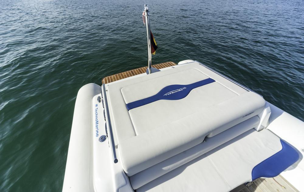 Bei Innenbordmotorisierung gibt's eine Sonneliege achtern auf der Motorabdeckung. Foto: boats.com/Wanke