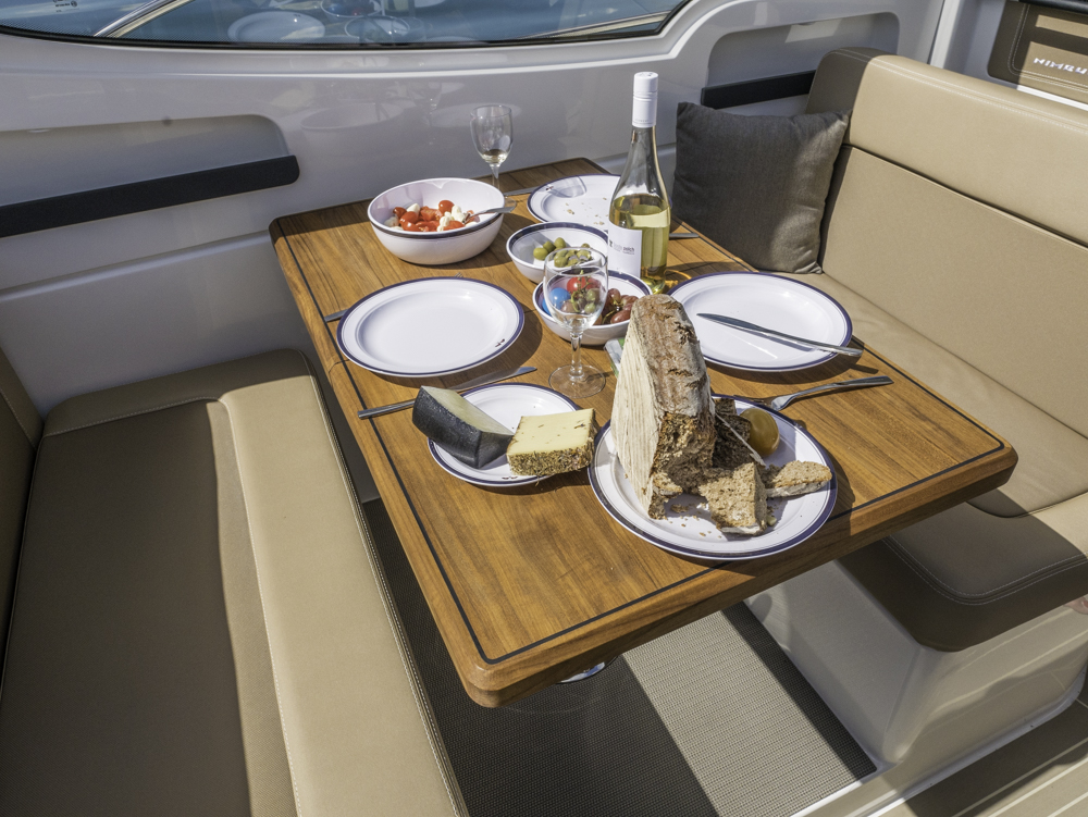 Es geht gemütlich dahin mit der E-Power-Version der Nimbus 305 Drophead, da bleibt das Geschirr am Tisch. Foto: boats.com/Wanke