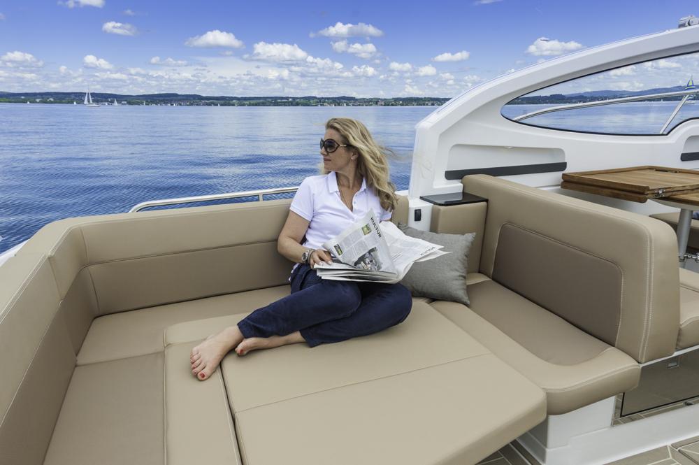 Viel Platz zum Faulenzen gibt es im Cockpit, wo sich die Sitzgruppe in eine Sonnenliege umbauen lässt. Foto: boats.com/Wanke