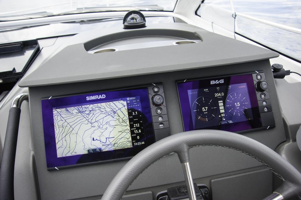 High-Tech am Instrumententräger, auf dem der Skipper die Leistungsdaten und den Ladezustand der Batterien bzw. die verbleibende Reichweite jederzeit ablesen kann.  Foto: boats.com/Wanke