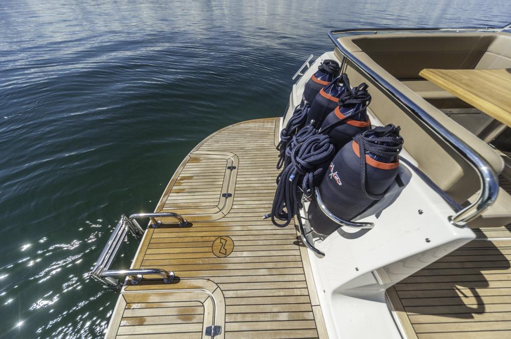 Sauber gelöst: Fenderkörbe neben dem Durchstieg auf die Serienmäßig mit Teak belegte Badeplattform. Foto: boats.com/Wanke