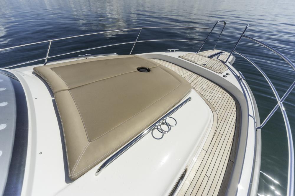 Aufpreispflichtig: Die Sonnenliege am Vordeck. Foto: boats.com/Wanke