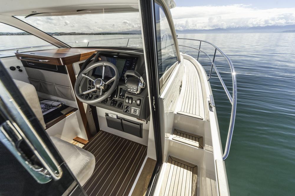 Der Clou mit der Schiebetür:schafft schnellen Zugang zum Seitendeck an Steuerbord. Foto: boats.com/Wanke