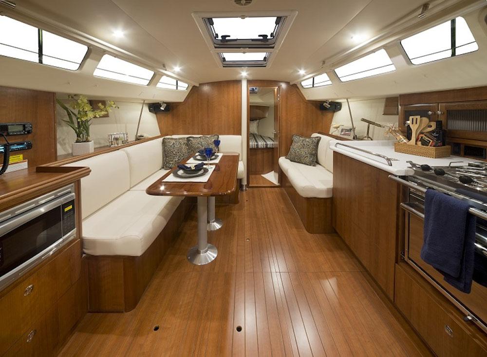 m Gegensatz zu europäischen Yachten dieser Größenordnung ist der Salon auf der Marlow Hunter 31 eher  traditionell gehalten.